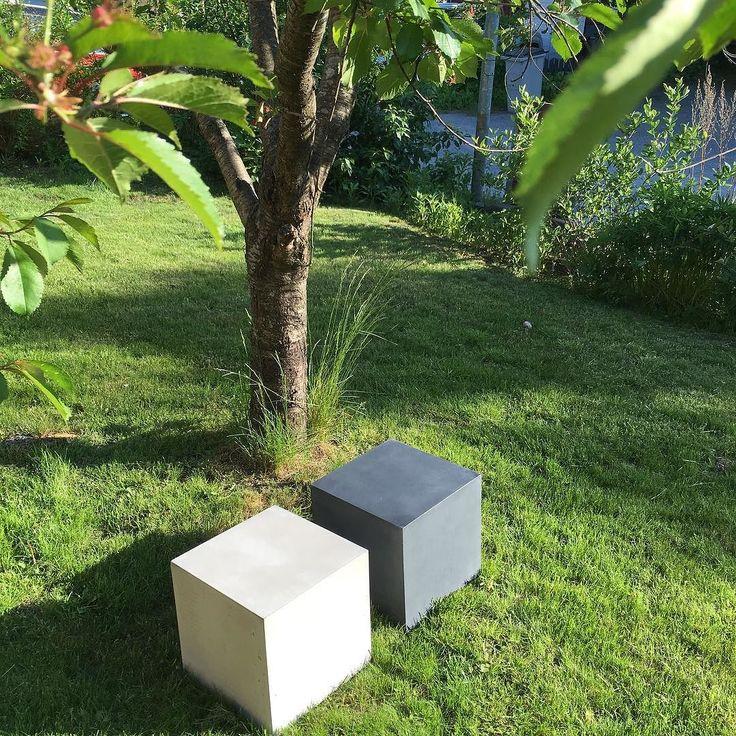 Minimalism i trädgården #Q30 #betongpall & #sidobord hos #danishform  #lenyta #genomfärgad #nofakebetong  #betongmöbler #utemöbler & #kontorsmöbler producent: #reflectteam #madeindenmark