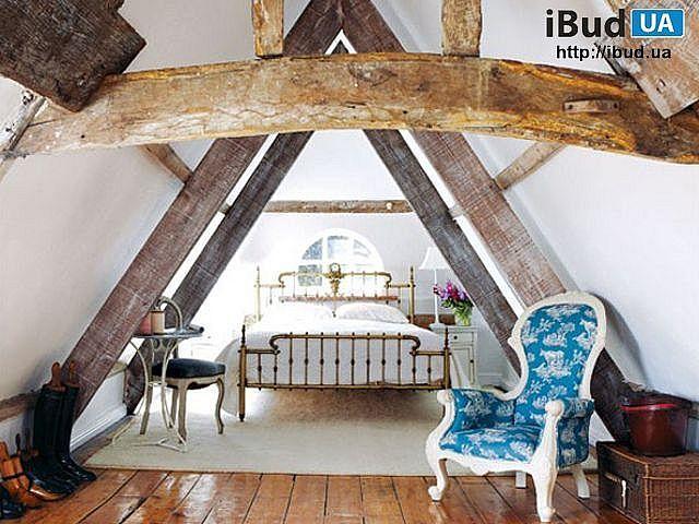 В загородном доме сделан дизайн интерьера спальни на мансарде в светлом тоне. Дом имеет двускатную крышу и мансардные окна, которые наполняют спальню светом, теплом и уютом. Для облицовки стен испо...