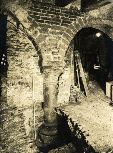 Afbeelding van een (tijdelijk) ontgraven zuil van het middeleeuwse paleis Lofen, in de kelder van een perceel op het terrein tussen de Vismarkt, Servetstraat en het Domplein te Utrecht, 1931.