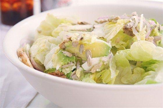 Салат «Цезарь» с курицей и авокадо