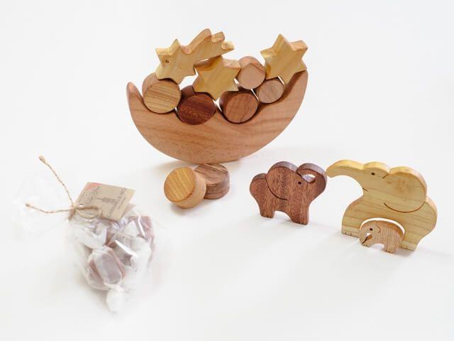 jucării din lemn și dulciuri pentru copii