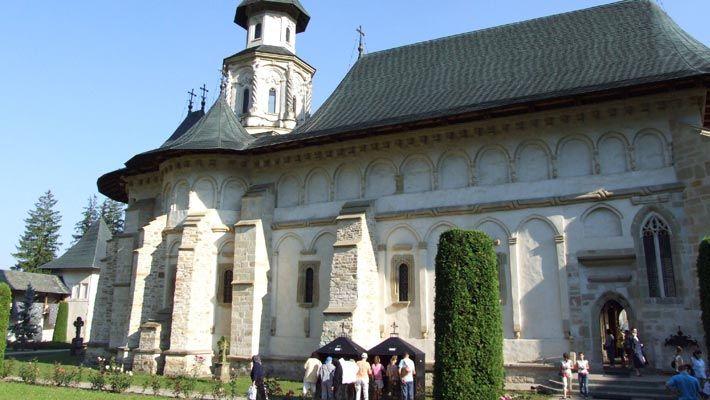 15 poze superbe cu manastiri din Romania.  Vezi mai multe poze pe www.ghiduri-turistice.info  Source : www.flickr.com/photos/cosmin_coco_ro/