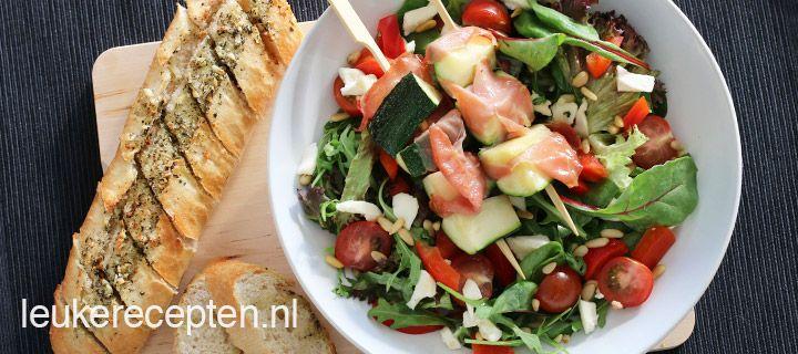 Salade met knoflookbrood en courgettespies