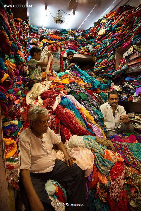 Es una imagen representativa de una tienda de textil en la india