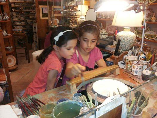 Il laboratorio Bianco e Nero apre le sue porte a chiunque, adulti e bambini dai 6 anni in su, in modo da fare maggiore esperienza e, perché no, divertimento, nel mondo delle tipiche ed esclusive  ceramica italiana .