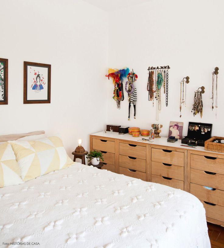 Nada como ter um espaço para organizar as bijus. Esse gaveteiro, feito pela moradora, tem função de armário e bancada <3