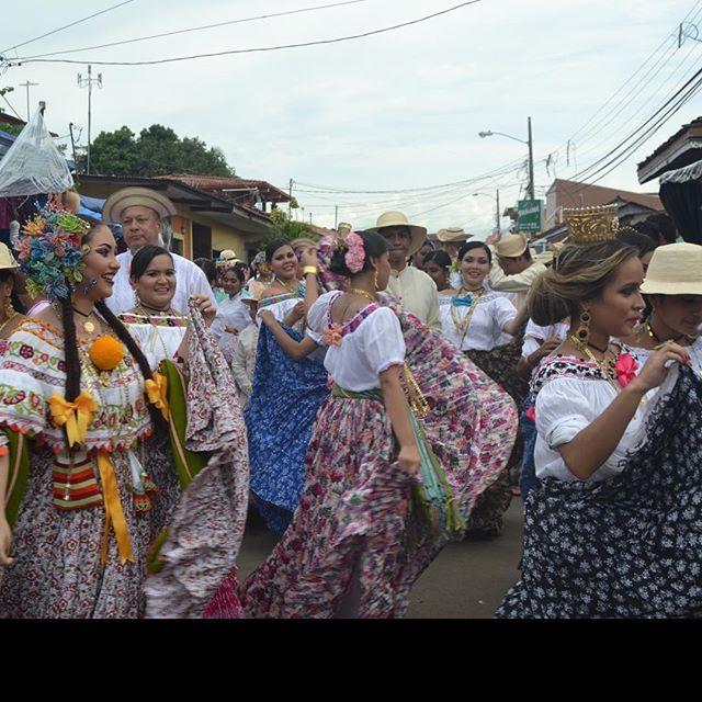 La experiencia más auténtica de la gente está en su baile y su música. El cuerpo nunca miente.  #festivaldelamejorana #festival #folk #folklore #almojabano #panama #dolega #instanOjue