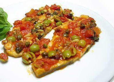 Ingredienti per 4 persone: 4 fette di pesce spada (circa 150 g ciascuno) 1 cucchiaio di capperi (meglio se di Pantelleria) 50 g di olive verdi 1 gambo di s