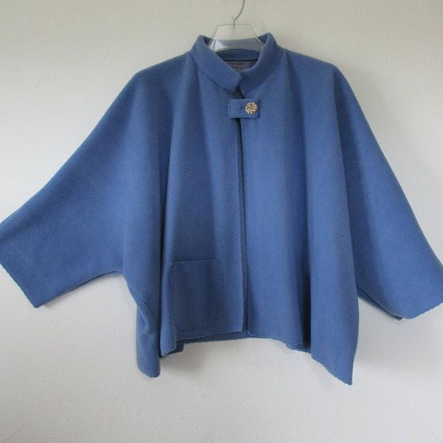 A short Cape for every day, jut put it on and feel good. great over a tee of an evening, or a nice shirt on a more formal occasion. #capejacket, #womensjacket,#smartandcasual, #warmwomensjacket.
