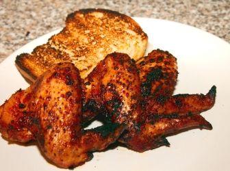 Grillezett csipős csirkeszárny recept: Ez a recept remek bevezetőt nyújt a szárazpácok világába. Egyszerű, a pácolásnál gyorsabb és rakateresebb ízt ad. Ha csak délután hozza úgy a kedvünk egy esti grillezéshez, ezzel a technológiával akkor se késő nekiállni, nem igényel egész éjszakás pácolást a szárazpác.
