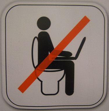 Cuantos sospechosos de surfing de porno en la tasa del baño cacharían ? - See more at: http://www.puropex.com/que-pex/6-letreros-en-banos-publicos-necesarios-pero-extranos-y-divertidos#sthash.tFcVcfZf.dpuf