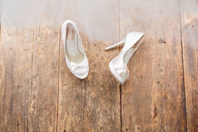 #pumps #bruidsschoenen #trouwschoenen #strik #strikjes #bruiloft #trouwen #bruiloft #inspiratie #wedding #bridal #shoes #heels #inspiration | Bruidsschoenen met strikjes | ThePerfectWedding.nl | Photography: Dario Endara