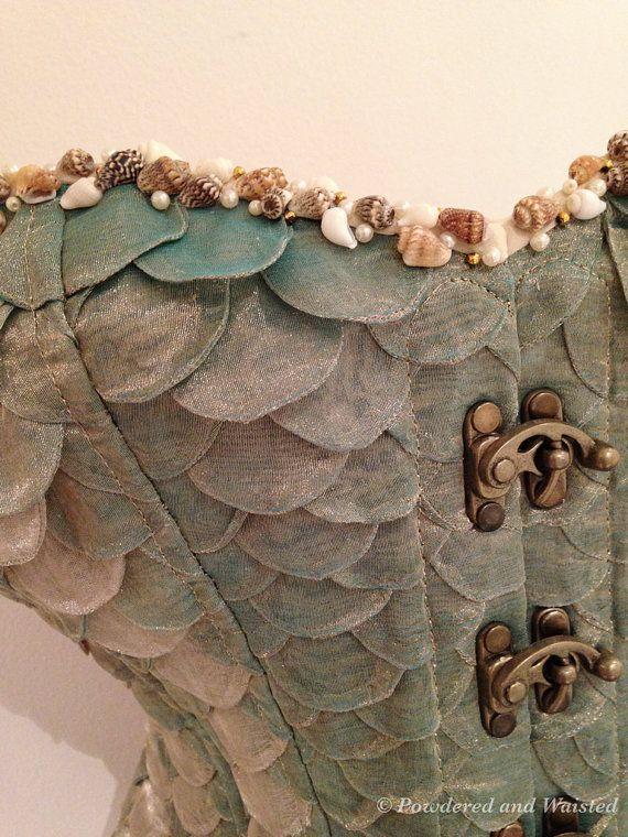 Corset d'Organza de soie de la Sirène (sirène)  Inspiré par les légendes des sirènes de mer, un amour de la mer et des formes incroyables que la nature produit, des centaines d'organza de soie fait à la main «écailles» en huître doux tonifiés de vert d'eau pâle ont été utilisés pour créer ce corset. Coquillages et perles minuscules sont dispersés le long du bord supérieur avant. Il a un large acier busk ouverture frontale avec fermeture à crochet balançoire, oeillets de laçage au dos du…