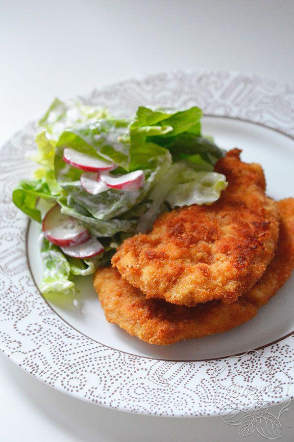 Kotlety z kurczaka są najprostszymi w wykonaniu, ich przygotowanie zajmuje niewiele czasu, a podając je z ulubionymi dodatkami powstaje pyszne danie :)