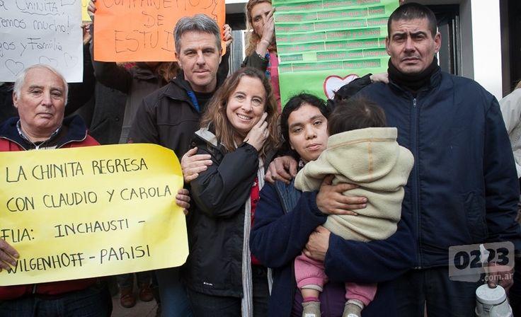 """SOCIEDAD Final feliz: """"La Chinita"""" vuelve casa  El Juzgado de Familia 2 le otorgó a Carola y Claudio la guarda provisoria de la nena de 3 años y medio, con la posibilidad de acceder a la adopción plena. """"Estamos felices"""", dicen.  Por: Redacción 0223"""