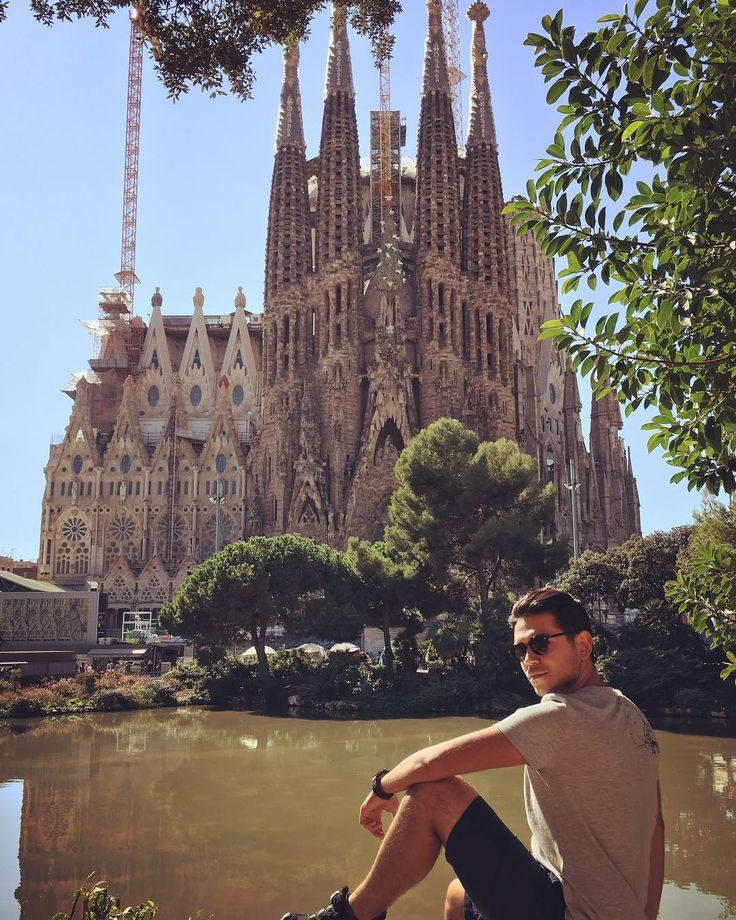 Gauidinin yapımına başladığı ama ölümünden sonra bile halen yapımı tamamlanmamış büyük eserin  tamamlanmamasında ki en büyük sebeplerden bir taneside halen halkın sembolik yardımları ile yapımına devam ediliyor olması.135 senedir inşaatı devam eden bu klisenin tamamlanması 2026 olarak öngörülüyor  şu anda devamlı olarak inşaatın tamamlanması için 300 kişi çalışmakta. . Şehrin farklı binalarında banklarında aydınlatmalarında ve Barcelona şehrinin her detayında etkisi olan bir mimar Gauidi. 10…
