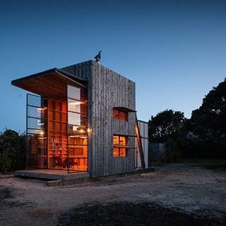 LEO CompanyМобильное #жилье, разработанное специалистами из Новой Зеландии. Несмотря на свое название, дом оснащен всем необходимым и включает в себя #кухню, столовую, #гостиную, #ванную комнату, две спальни и #детскую. #дизайнинтерьера #leocompany #designinterior #vipservice #followleo #элитныйдизайн #эксклюзивныйдизайн #элитныйинтерьер #эксклюзивныйинтерьер #дизайндома