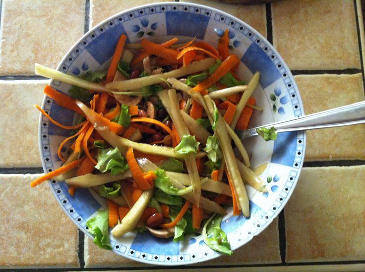 Amo questa insalatona sana, facile, veloce: 1 carota 1/2 certriolo 80gr fagioli borlotti 1 fungo champignon foglie di lattuga fresca olio di oliva.   Se vuoi aggiungi tofu a cubetti + gallette di riso o mais et voilà hai pranzo completo per vegan e vegetarian, altrimenti mozzarella di bufala e pane fresco per rispettare la cucina mediterranea.