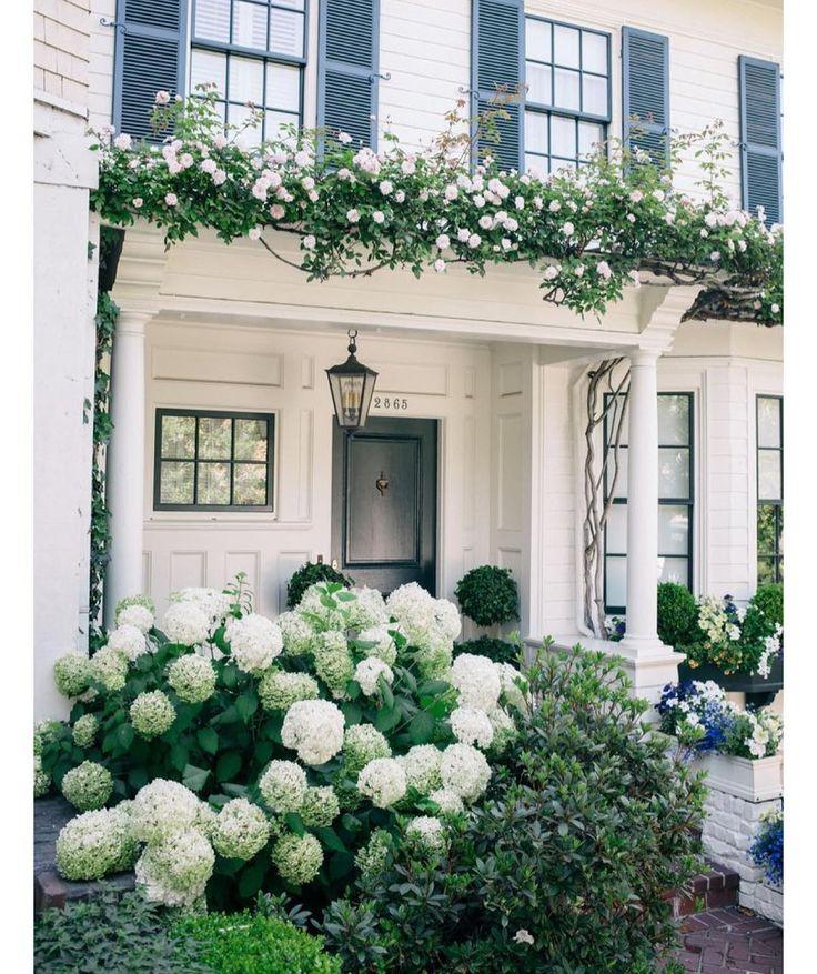Front porch inspiration via @juliahengel #summerblooms #blueandwhite #hydrangeas #colonial #architecture #classicstyle