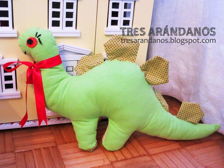 Dinosaurio de tela con patrón