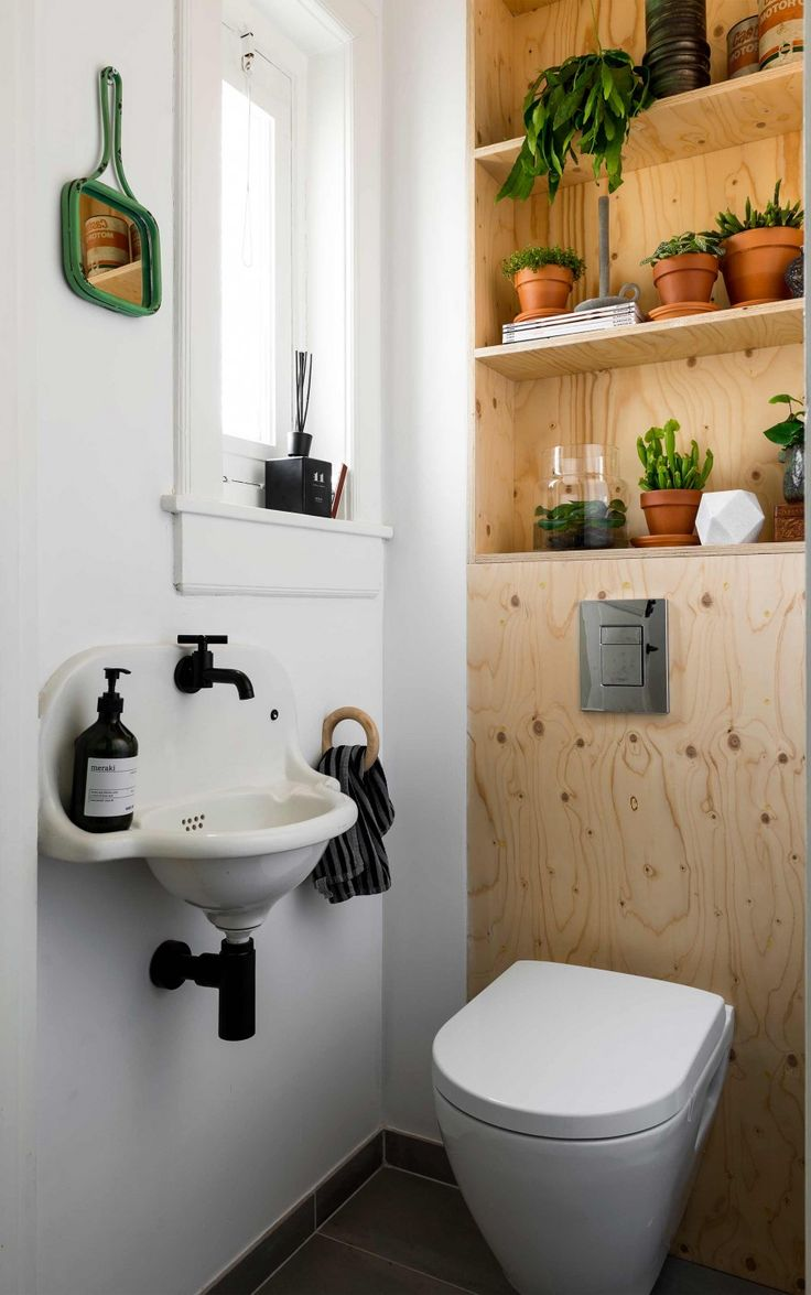 Toilet met houten achterwand en planten | Toilet with wooden wall and plants | vtwonen 10-2017 | Fotografie Stan Koolen