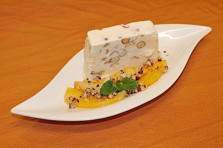 Haselnussparfait mit Espressobohnen-Krokant und karamellisierten Birnenspalten