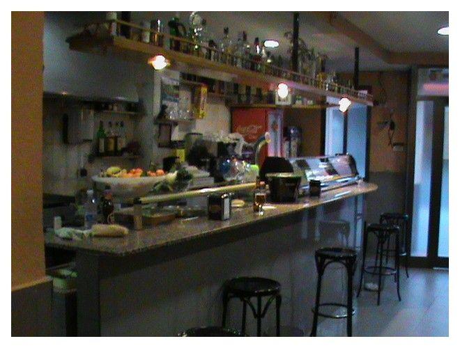 Bar sobre Avenida del puerto funcionando, local 1oo m2, terraza 4 mesas, posibilidad de doble terraza hacia otra calle, 2 baños, cocina equipada, aire acondicionado, almacén, maquinas de tabaco, maquinas tragaperras, funcionando 38 años, alquiler 600 euros + iva, zona de mucho paso, traspaso por jubilación. www.myspainhouse.com