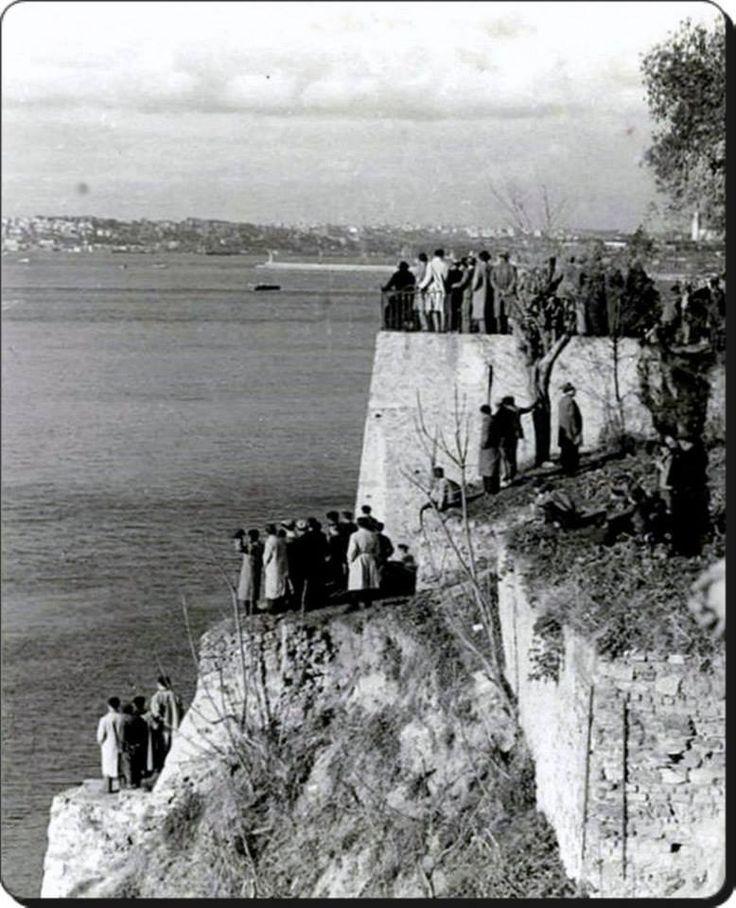Kadıköy Moda   Mühürdar 18 Kasım 1938 Atatürk'ün cenazesini  İzmit'e taşıyacak olan Yavuz Zırhlısı'nın Geçişini bekleyen Halk
