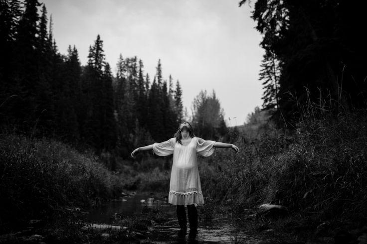 Beautiful maternity shot <3 www.hobbsphotography.ca #bellyphoto #maternityphoto #outdoormaternityshoot #outdoorbellyshoot #rainyphotosession #whattowearinspiration #picturesintherain #blackandwhiteportrait