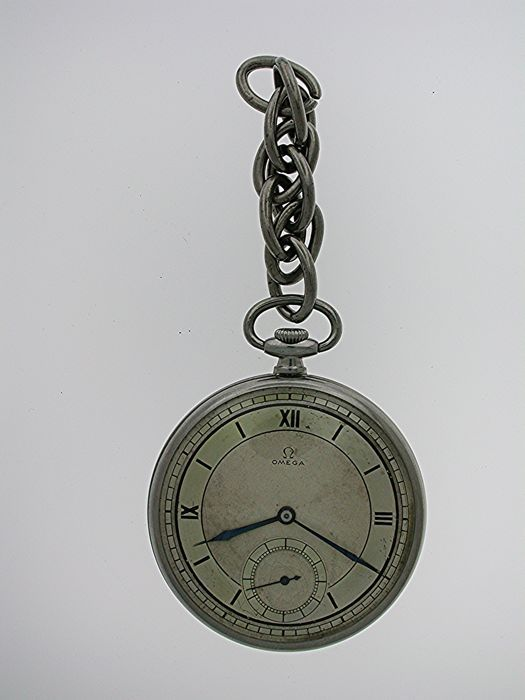 Originele OMEGA Art Deco stalen Gent zakhorloge Zwitserse 1930  Originele OMEGA Art Deco staalGent-zakhorloge Zwitserse 1930WERELDWIJDE VERZENDING!!Je biedt open op alle origineel gezicht keyless wind staal Art Deco Omega zakhorloge gemaakt in Zwitserland in 1930. De zak horloge GMO's met een stalen korte keten.DIAL: De zilver gekleurde wijzerplaat heeft zwarte cijfers van de Romeinse Art Deco met buitenste minuut divisies. De wijzerplaat heeft geblauwde handen en een subsidiaire tweede dial…