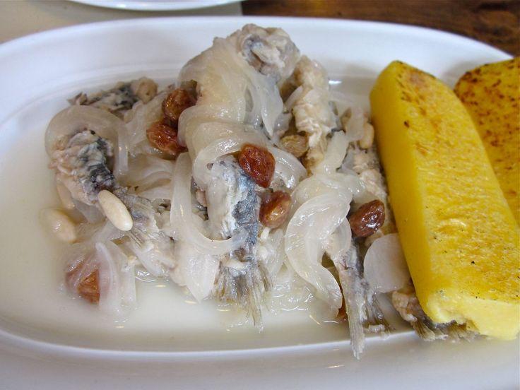 SARDE IN SAOR piatto storico veneziano nato dall'esigenza dei pescatori di tenere il cibo a bordo il più a lungo possibile. Cotte le cipolle con aceto e olio, si posano in una terrina a strati inframezzati da sarde, preventivamente impanate e fritte, uva sultanina e pinoli. Da servire almeno il giorno dopo per ottenere quel gusto agrodolce tipico.  #RicetteTipiche #FoodBlogger #CarnevaliLuigi ⇆ https://www.instagram.com/carnevaliluigi/