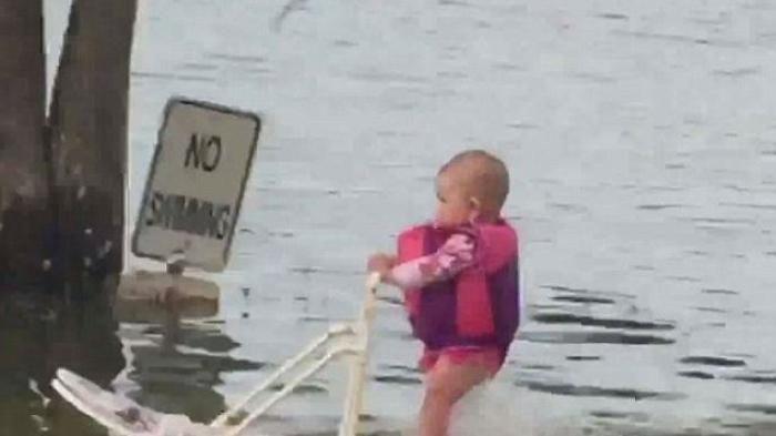 Viral Media Sosial - Heboh! Bayi 6 Bulan Main Ski Air, Bagaimana Reaksi…