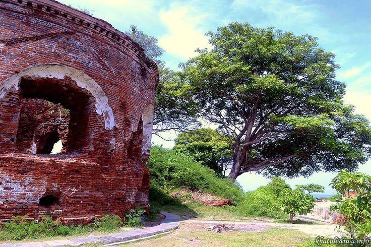 Benteng Martello ini cukup luas, bangunan bundar yang sekarang ada hanyalah pusat atau titik tengah dari keseluruhan benteng, masih ada tembok besar berjarak 100 meter dari pusatnya yang mengililingi menara utama.