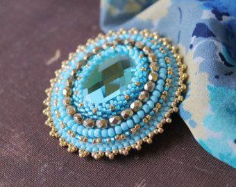 Broche azul oro joyería hecha a pedido de perlas de oro broche bordado broche bordado broche de pedrería broche cabujón broche cristal azul