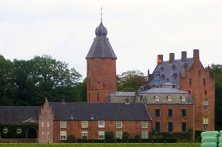 Het imposante kasteel Rechteren aan de Vecht was tot het begin van de 14e eeuw eigendom van de graven van Bentheim. In 1315 kwam het in handen van de heren Van Voorst. Via vererving kwam het in 1356 in het bezit van de familie Van Heeckeren, die zich na verloop van tijd Van Rechteren gingen noemen. Het kasteel is herhaaldelijk verbouwd en uitgebreid. De hoge ronde toren met metersdikke muren werd in 1320 door Herman van Voorst gebouwd; de woonvleugel in 1508.