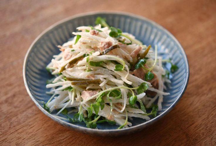 いちばん丁寧な和食レシピサイト、白ごはん.comの『ツナ大根サラダの作り方』を紹介するレシピページです。たっぷりの大根にツナ、彩りと風味のよいかいわれ菜に大葉を合わせます(手元にあればだしがら昆布も!)。火を使わずさっと作れるのでぜひお試しください。