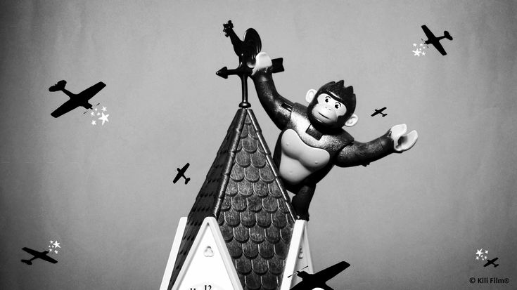 Nehmt euch in Acht vor King Kong!   Beware of King Kong!    #playmobil #KingKong #Film #Movie #Alt #Old #Affe #Monkey #Monster #SchwarzWeiß #BlackAndWhite #Flugzeug #Plane #Gebäude #Building #KiliFilm #Spielzeug #Toy #Turm #Tower #Wetterhahn #Weathercock  © 2018 Kili Film®