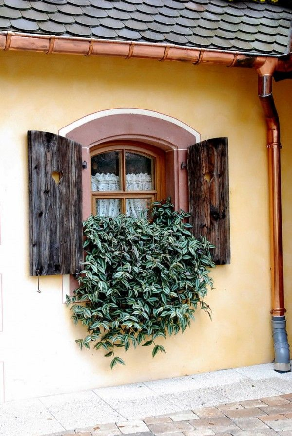 Obernai. too bad they ended the fancy copper gutter with a silly plastic connection.... dommage que la jolie gouttière en cuivre soit assortie d'un horrible embout de plastic. gris.