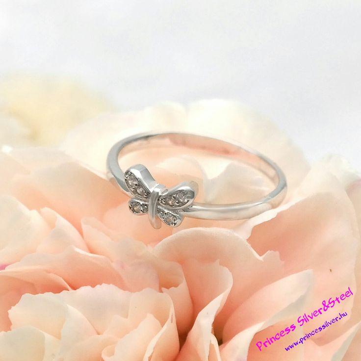 Pillangós, kristályos ezüst gyűrű. Bővebb részletek: www.princessilver.hu