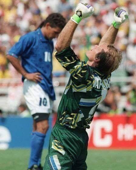 d64c0d2a60 Goleiro Cláudio Taffarel comemorando o pênalti perdido por Roberto Baggio  (ao fundo)