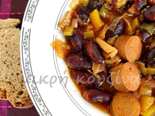 μικρή κουζίνα: Μαύρα φασόλια στο φούρνο με πράσο και λουκάνικο