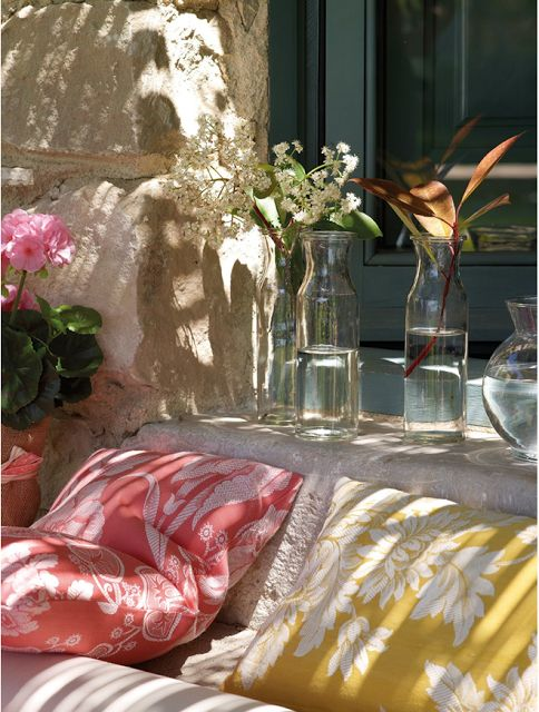 CASA TRÈS CHIC: Outdoor Decor Ev, Details, Outdoor Living, Design Ideas, Paintings Colors, Flowers Prints, Gardens Patio, Outdoor Spaces, Pillows