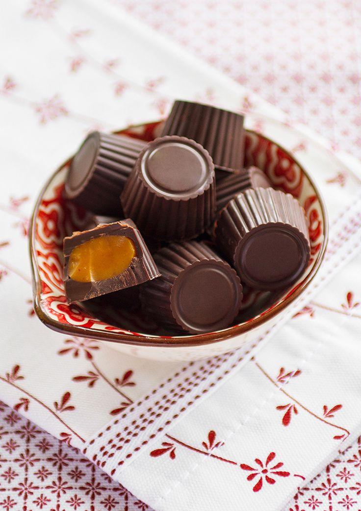 I denna pralin av mörk choklad gömmer sig en ljuvligt orangegul saffranskola. De kommer att gå åt i ett naffs på julbordet.