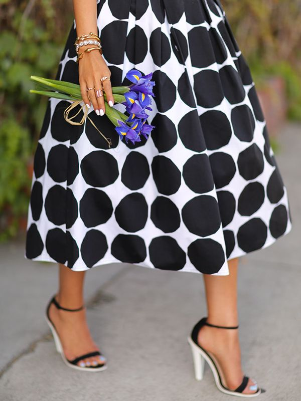 Annabelle Fleur of Viva Luxury turns heads in summer's statement midi – the Kivet Patio Skirt.   Banana Republic x Marimekko limited-edition collection
