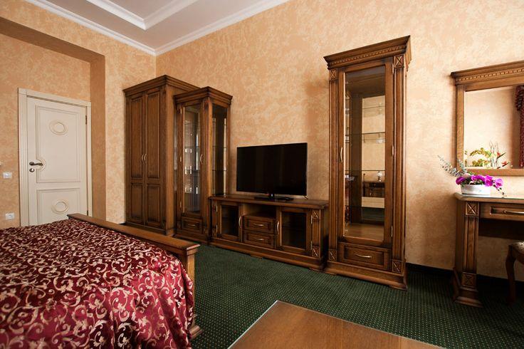 Окна номера выходят на одну из главных магистралей города-улицу Марата. Классический интерьер оформленный в спокойных коричнево-бежевых тонах, высокие потолки, дубовая мебель в классическом стиле, светонепроницаемые (Blackout) шторы. В номере Вас ждет кровать королевского размера, имеется гостевая зона с удобной мягкой мебелью и журнальным столиком, а также все необходимое для длительного проживания: просторный шкаф для ваших вещей, а так же рабочий стол, сейф, телевидение и бесплатный WI-FI…