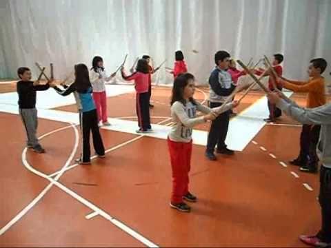 """Alumnos de 5º de Primaria. La danza consiste en golpear continuamente los palos. Cada vez que sea """"al frente"""", los palos se golpean previamente cruzados por ..."""