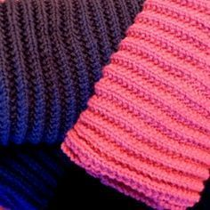 Le point de fausses côtes anglaises est parfait pour tricoter une écharpe. Voici un modèle très facile à tricoter, pour femme, homme ou enfant.