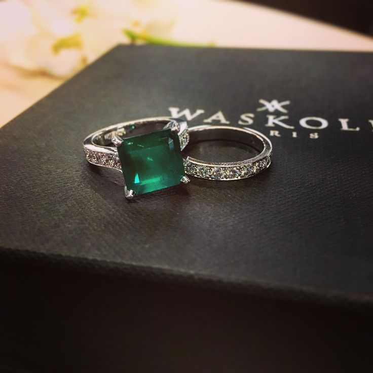Special made-on-measure order: a beautiful emerald of 4,63 carats accompanied by a matching wedding band with princess cut diamonds. #waskoll #paris #madeonmeasure #emerald #diamond #princesscut #weddingband