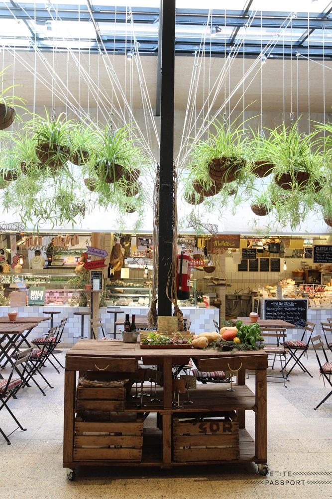 These days every city has a cool food market. Not too big, but large enough to host several entrepreneurs who sell their cheeses, beer, vegetables, fish or meat. And ofcourse in a fantastic setting. Not far away from the Mercado de San Anton, that favorite...