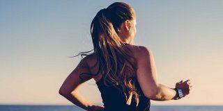 Femme court sur plage